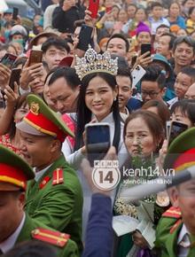 """Cập nhật Hoa hậu Việt Nam Đỗ Thị Hà về làng: Nàng hậu đeo vương miện, rạng rỡ trong tà áo dài, người dân đổ xô đông như """"vỡ trận"""" để chào đón"""