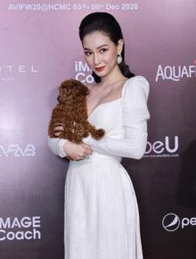 """Thảm đỏ AVIFW ngày 3: Đến MC Quỳnh Chi bế chó lên thảm đỏ, Nhã Phương và Diệu Nhi """"bánh bèo"""" hết mức"""