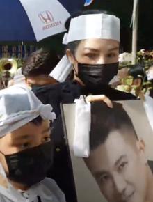 Lễ an táng ca sĩ Vân Quang Long tại Đồng Tháp: Con gái lớn ôm tro cốt, vợ cũ để tang, Linh Lan không xuất hiện