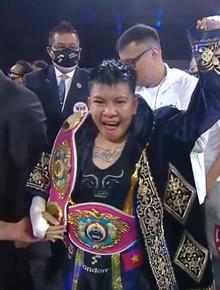 """Chấn động: """"Nữ hoàng"""" Nguyễn Thị Thu Nhi đánh bại nữ tay đấm số 1 thế giới, giành về chiếc đai lịch sử cho boxing Việt Nam"""