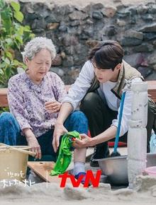 """Nhân viên Hometown Cha-Cha-Cha bóc phốt Kim Seon Ho: """"Hành"""" ekip, thái độ lồi lõm với cả """"người bà quốc dân"""" Kim Young Ok"""