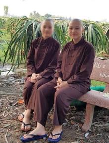 Tiếp tục xôn xao hình ảnh Diễm My đã xuống tóc, mặc đồ lam vui vẻ ngồi chụp ảnh bên cạnh Lê Thanh Huyền Trân