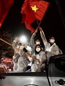 """Ảnh: Hải Dương dỡ cách ly xã hội, người dân Chí Linh vui mừng hò reo sau 34 ngày """"chiến đấu"""" với Covid-19"""