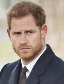 Hoàng tử Harry cuối cùng đã có mặt tại Anh để chịu tang ông nội, lần đầu tiên trở về quê hương sau hơn 1 năm rời bỏ gia tộc