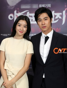 """Bắt bài Seo Ye Ji tán tỉnh các tài tử đình đám, hóa ra cả dàn bạn trai đều nghe lời """"điên nữ"""" răm rắp vì lý do này?"""