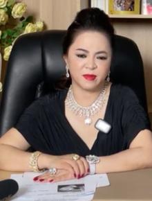 Đại gia Phương Hằng nghẹn ngào trên sóng livestream, gọi tên bồ cũ Ngọc Trinh vào đại chiến với dàn sao Vbiz