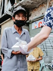 Cận cảnh nơi nấu 2.000 suất ăn mỗi ngày cho người nghèo ở Sài Gòn giữa dịch Covid-19