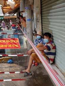 Nhiều tuyến đường ở Sài Gòn được giăng dây, lập hàng rào hạn chế để dẹp chợ tự phát