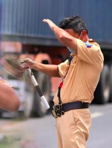Ảnh: CSGT mướt mồ hôi giữa tiết trời 40 độ C, dãi nắng dầm sương chặn dịch từ cửa ngõ Đà Nẵng