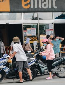 Ảnh: Siêu thị đóng cửa sớm, người dân TP.HCM tranh thủ mua sắm để trở về nhà trước 18h tối