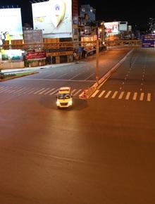 Toàn cảnh đường phố Sài Gòn trong buổi tối đầu tiên hạn chế người dân ra đường sau 18h
