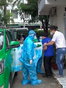 Cận cảnh xe taxi được lắp bình oxy, kit xét nghiệm nhanh để hỗ trợ đưa người dân đến bệnh viện ở TP.HCM
