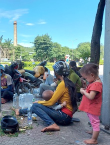 Những đứa trẻ mệt mỏi, xơ xác khi cùng bố mẹ đi hơn 1.000km về quê tránh dịch Covid-19
