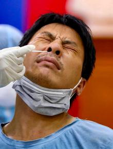 Hà Nội KHẨN THIẾT đề nghị người dân xét nghiệm SARS-CoV-2 miễn phí nếu xuất hiện các triệu chứng bệnh