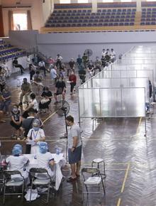 Ảnh: Hà Nội lập vách ngăn riêng biệt, tiêm vắc-xin cho người dân phòng dịch Covid-19