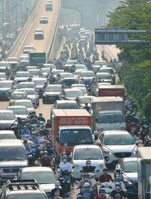 """Ảnh: Hà Nội sáng đầu tiên nới lỏng giãn cách xã hội, người dân lại được trải nghiệm """"đặc sản"""" tắc đường"""