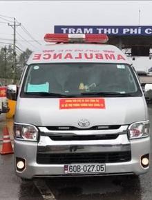 """Xe cấp cứu dán chữ """"Giang Kim Cúc và các cộng sự"""" chở """"chui"""" 3 người còn hú còi inh ỏi, tài xế khai báo vòng vo"""