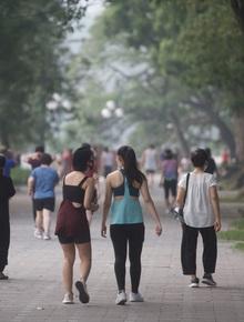 """Hồ Gươm náo nức ngày trở lại: """"Trường đua"""" xe đạp rộn ràng, người tập thể dục hân hoan hơn bao giờ hết"""