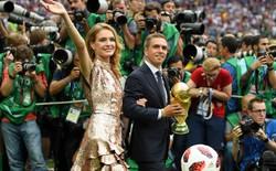 """Lahm """"đá cặp"""" với siêu mẫu nhưng Ronaldinho mới gây chú ý nhất lễ bế mạc World Cup 2018"""