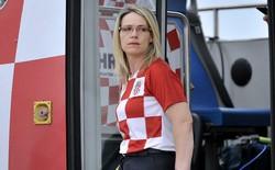Nữ tài xế xinh đẹp lái xe đưa tuyển Croatia mừng công giữa biển người