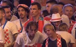 Giữa biển người hâm mộ, Luka Modric ân cần kéo tay cậu bé mắc hội chứng Down lên sân khấu ăn mừng