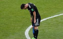 Khoảnh khắc Messi cúi đầu xin lỗi người hâm mộ thật đáng thương