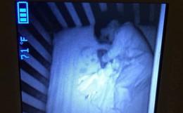Xem camera buổi tối, bà mẹ hoảng hồn khi thấy đứa trẻ sơ sinh lạ nằm cạnh con trong cũi và nhìn chằm chằm vào mình