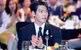Sau hơn 2 năm điều trị bệnh ung thư, tài tử Kim Woo Bin lần đầu xuất hiện chính thức và còn trên thảm đỏ Rồng Xanh