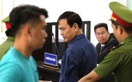 Ông Nguyễn Hữu Linh thất thần, ngồi sụp xuống ghế sau khi bị tuyên án 18 tháng tù