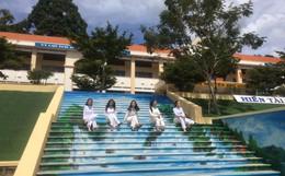 Sau khi phạt học sinh sơn cầu thang thành 7 sắc cầu vồng, ban giám hiệu tự tay sơn tất cả cầu thang trong trường thành điểm check-in siêu đẹp
