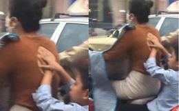Mẹ chở con trai đi trên đường, hành động của đứa trẻ phía sau gây chú ý và được dân mạng khen ngợi hết lời