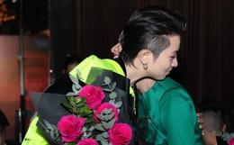 Cuối cùng Hoàng Thùy Linh cũng đăng ảnh bên Gil Lê, lại còn ôm nhau cực tình đủ làm netizen phát sốt