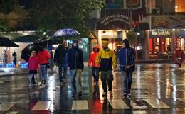 Hà Nội: Trời ngớt mưa, người dân lác đác đổ về hồ Gươm chờ đón giao thừa