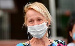 """Bệnh nhân 24 rơm rớm nước mắt trong ngày khỏi bệnh: """"Tôi từng nghĩ mình đã cận kề cái chết, nhưng các bác sĩ Việt Nam đã cứu tôi"""""""