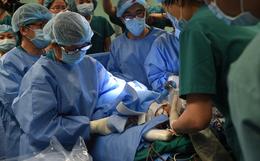 Toàn cảnh hơn 12 giờ phẫu thuật tách rời cặp song sinh Trúc Nhi - Diệu Nhi: 2 con đã về nguyên vẹn hình hài