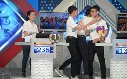 Sự thật về hình ảnh xôn xao tại Chung kết Olympia 2020: Nữ Quán quân lủi thủi một góc nhìn 3 nam sinh ôm nhau