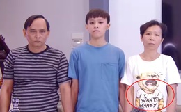 """Netizen đặt nghi vấn về """"chiếc áo đặc biệt"""" của mẹ Hồ Văn Cường trong clip, dòng chữ phải chăng thay cho lời muốn nói?"""