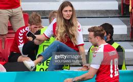 Ảnh: Vợ ngôi sao tuyển Đan Mạch leo rào, bật khóc trong vòng tay đồng đội khi thấy chồng mình đột quỵ