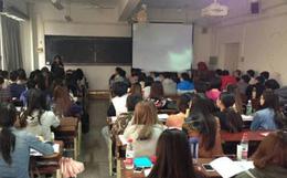 Giảng viên đại học quên tắt máy chiếu sau giờ học, sinh viên xấu hổ không dám ngẩng mặt sau khi thấy nội dung cô đang tìm kiếm