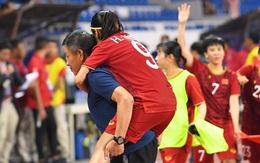 Đội trưởng tuyển nữ Việt Nam gục ngã đau đớn, phải nhờ bác sĩ cõng ra khỏi sân khi đồng đội ăn mừng huy chương vàng SEA Games
