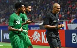"""Fan Thái Lan ném đá trọng tài sau thất bại cay đắng ở tứ kết U23 châu Á: """"Trình độ của ông ta nhiều như số tóc trên đầu"""""""