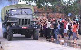 Người dân Huế tập trung 2 bên đường, vẫy tay tiễn đưa 13 liệt sĩ hy sinh về nơi an nghỉ cuối cùng