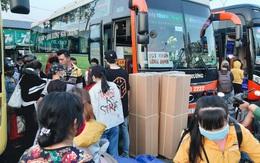 Ảnh: Người dân ùn ùn đổ ra bến xe Miền Đông, rời Sài Gòn về quê trước giờ áp dụng biện pháp hạn chế di chuyển để tránh dịch