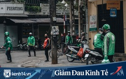 """Trái với cảnh đường phố Hà Nội vắng tanh là một """"cuộc sống khác"""": ở nhiều hàng quán vẫn tấp nập cảnh shipper đi giao đồ ăn"""