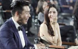 """Cameraman tại Baeksang tự """"soi"""" luôn tá hint của Hyun Bin - Son Ye Jin: Liếc qua liếc lại, sao đáng nghi quá?"""