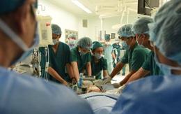 Ê-kíp mổ chia ra 2 phòng, tiếp tục tiến hành phẫu thuật cho 2 bé gái sau khi tách rời