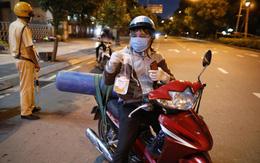Trực tiếp đường phố Sài Gòn sau 18h: Lặng người trước ông bố chở bình oxy cứu con