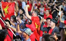 Duy Mạnh mở tỷ số cho tuyển Việt Nam, các CĐV phấn khích ôm nhau ăn mừng
