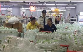 Ảnh: Lo lắng nước sinh hoạt nhiễm hóa chất, người Hà Nội xếp hàng dài, chi tiền triệu để mua nước khoáng đóng chai