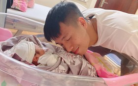 Nóng: Khánh Linh sinh em bé, Bùi Tiến Dũng là chàng tuyển thủ hạnh phúc nhất đêm nay khi được lên chức bố